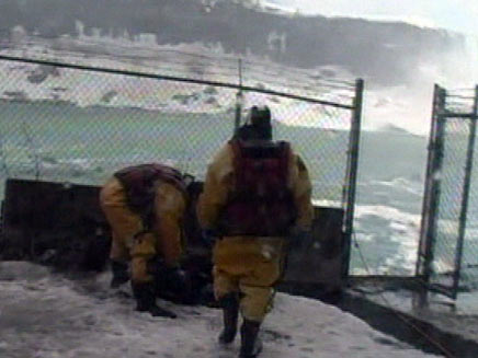 חילוץ אדם שקפץ למפלי הניאגרה (חדשות 2) (צילום: חדשות 2)