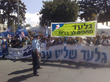 הפגנה מול בית ראש הממשלה לשחרור שליט (צילום: יוסי זילברמן)