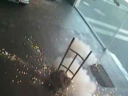 תיעוד מיוחד של זריקת רימון על ידי מצלמות האבטחה (צילום: חדשות 2)
