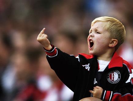 ילד אוהד פיינורד מניף אצבע משולשת (צילום: Jamie McDonald, GettyImages IL)