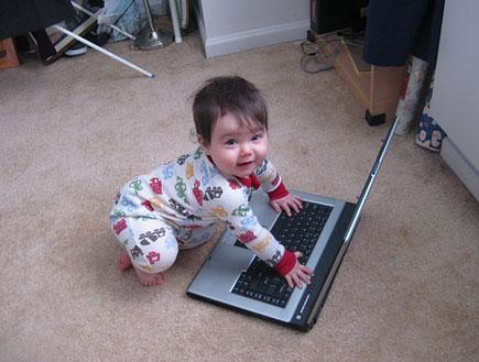 תינוקת עם מחשב - ערוץ החופש בלבד!!! (צילום: לי רותם)
