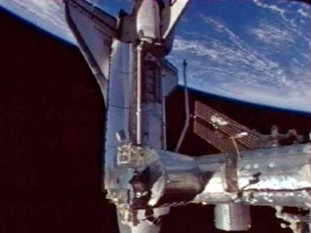 עגינת מעבורת החלל דיסקברי לתחנת החלל הבין לאומית (צילום: רויטרס)