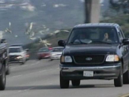 סוחר סמים פיזרו כסף בכביש מהיר בקליפורניה (צילום: חדשות 2)