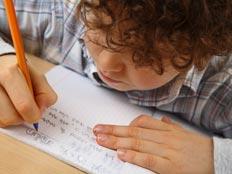 ילד כותב מכתב לאביו (אילוסטרציה) (צילום: Natalia Nieves Iszakovits, Shutterstock)