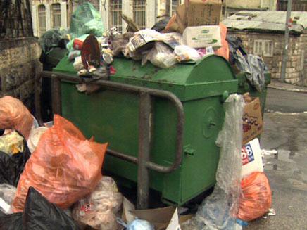 אשפה מפוזרת ברחוב (חדשות 2) (צילום: חדשות 2)