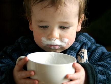 פעוט שותה כוס חלב (צילום: blackjake, Istock)