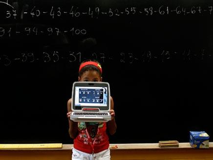 ילדה בכתה עם מחשב נייד ולוח (צילום: רויטרס)