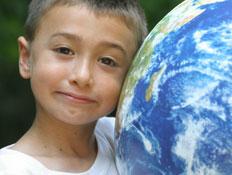 יום כיף: ילד מחבק גלובוס (צילום: Rob Friedman, Istock)