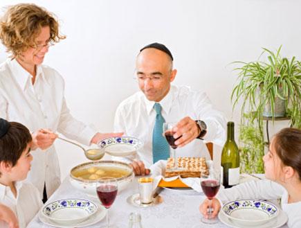 משפחה אוכלת בסדר הפסח (צילום: pushlama, Istock)