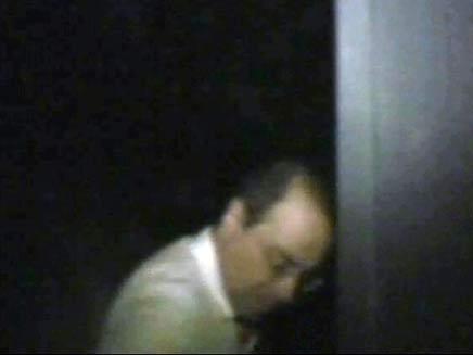 סילבן שלום ממפלגת הליכוד מחוץ לביתו (חדשות 2) (צילום: חדשות 2)