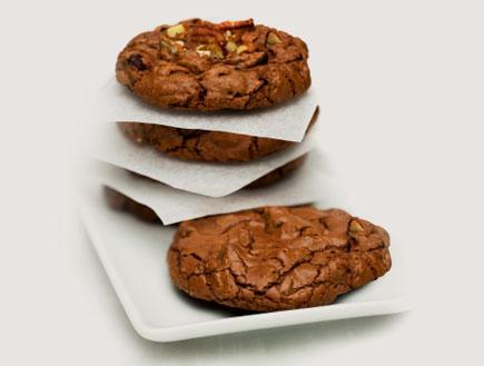עוגיות שוקולד מושחתות עם אגוזים (צילום: twohumans, Istock)