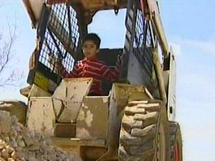ילד מלבנון בן ארבע נוהג על טרקטור (צילום: חדשות 2)