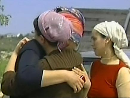 נשים בוכות בישוב בת עין לאחר פיגוע (חדשות 2) (צילום: חדשות 2)