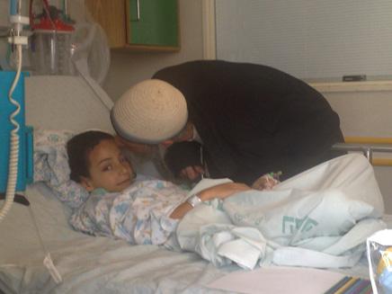 יאיר גמליאל ואביו עופר גמליאל בבית חולים (צילום: ארגון חוננו)