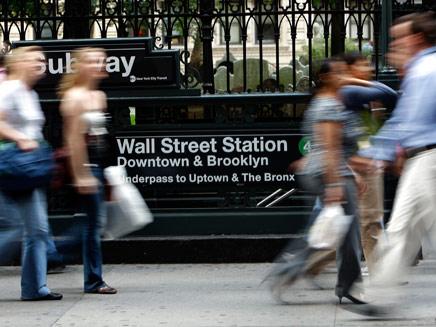 ניו יורק  אנשים הולכים ברחוב וולסטריט (צילום: רויטרס)