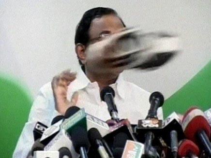 נעל שנזרקה על שר הפנים ההודי (צילום: חדשות 2)