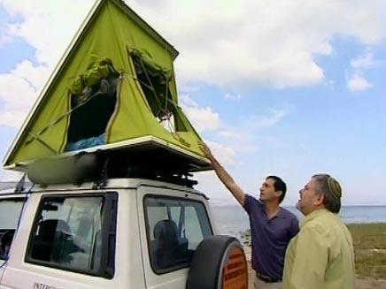 מנחם הורוביץ בודק אוהל המותקן על גג המכונית (צילום: חדשות 2)