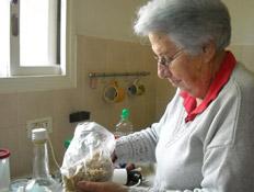 סבתא מכינה חרוסת