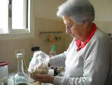 סבתא מכינה חרוסת (צילום: ליזי כהן)