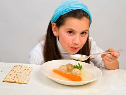 ילדה אוכלת מרק קניידלך ומצה (צילום: pushlama, Istock)