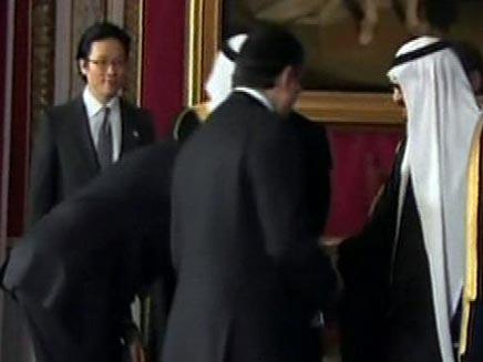 """ברק אובמה נשיא ארה""""ב משתחווה למלך הסעודי (חדשות 2) (צילום: חדשות 2)"""
