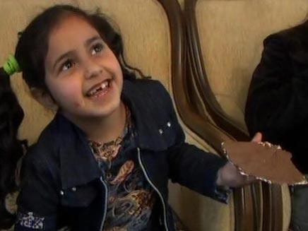 ילדה אוכלת מצה עם שוקולד (חדשות 2) (צילום: חדשות 2)
