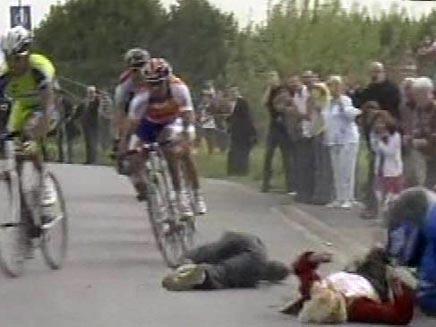 תאונה במרוץ אופניים בפריס (חדשות 2) (צילום: חדשות 2)