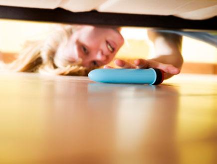 דילדו מתחת למיטה (צילום: diego_cervo, Istock)