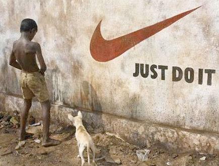 ילד הודי משתין על שלט של נייקי