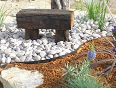 ספסל עץ בגינה- חיפוי קרקע (צילום: משתלות וונדי)