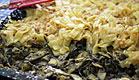 בניית שכבות בעוגת אטריות עם פרג ואגוזים (צילום: עמרי אנדרס צורף)