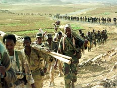 חיילים באריתריאה הולכים בטור (רויטרס) (צילום: רויטרס)