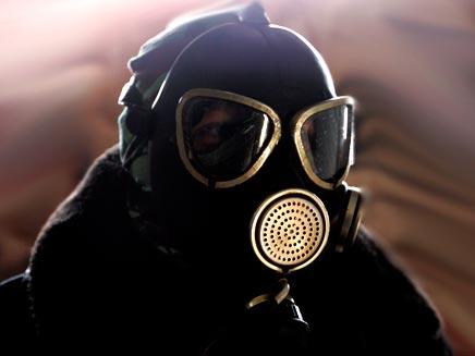גבר במסיכת גז (רויטרס) (צילום: רויטרס)