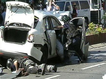 גופתו של יעקב אלפרון ליד רכבו שהתפוצץ (צילום: החדשות 2)