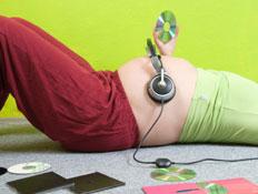 אוזניות על בטן הריונית (צילום: Darko Radanovic, Istock)