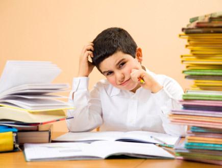 ילד מגרד בראש (צילום: diego_cervo, Istock)