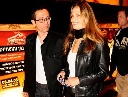 ארז טל ואשתו, הופעה של שלום חנוך