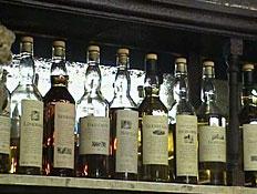 מדף עם בקבוקי וויסקי בסקוטלנד