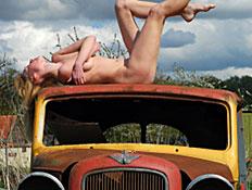 עירומה על מכונית ישנה (צילום: istockphoto)