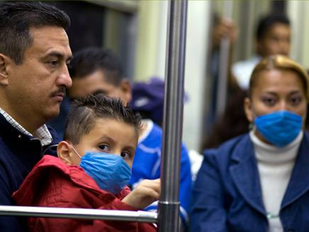 שפעת החזירים מקסיקו ילד ואבא ברכבת (צילום: רויטרס)