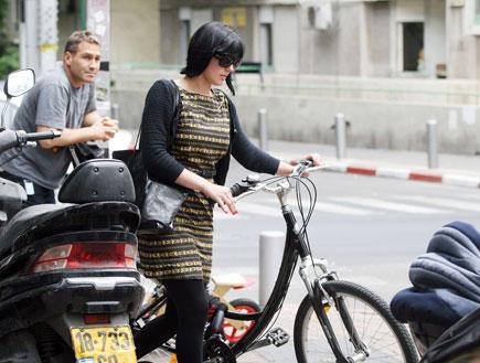 שפרה קורנפלד קונה אופניים, פפראצי (צילום: אורי אליהו)