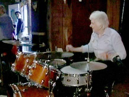 סבתא בת 70 מתופפת (צילום: CBS)