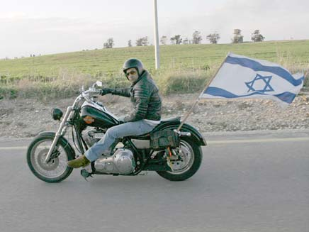 ישראלים תולים דגלי ישראל (צילום: רויטרס)