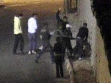 """מכות בשכונת בת גלים בחיפה (תועד ע""""י מצלמת אבטחה) (צילום: תועד על ידי מצלמת אבטחה)"""
