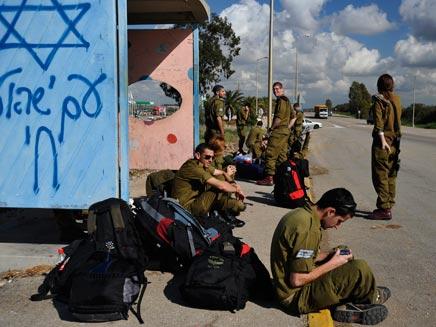 חיילים ימשיכו לנסוע בחינם (צילום: רויטרס)