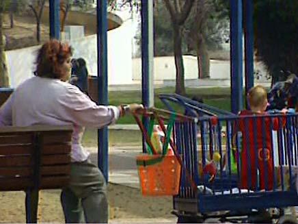 מטפלת בגן ילדים (צילום: חדשות 2)