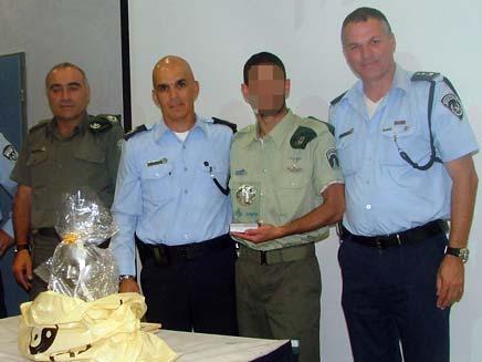 שוטר שהוביל לתפיסתם של 25 סוחרי סמים (צילום: חנן פרץ דוברות משטרת מחוז תל אביב)