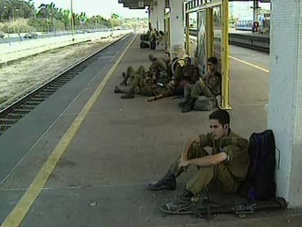 חיילים ברכבת (צילום: חדשות 2)