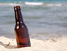 בקבוק בירה על החוף (צילום: FuzzMartin, GettyImages IL)