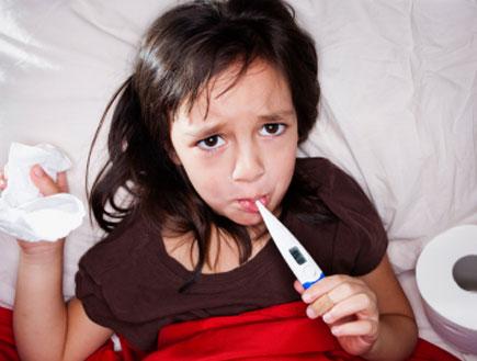 ילדה מודדת חום במיטה (צילום: Renee Keith, Istock)